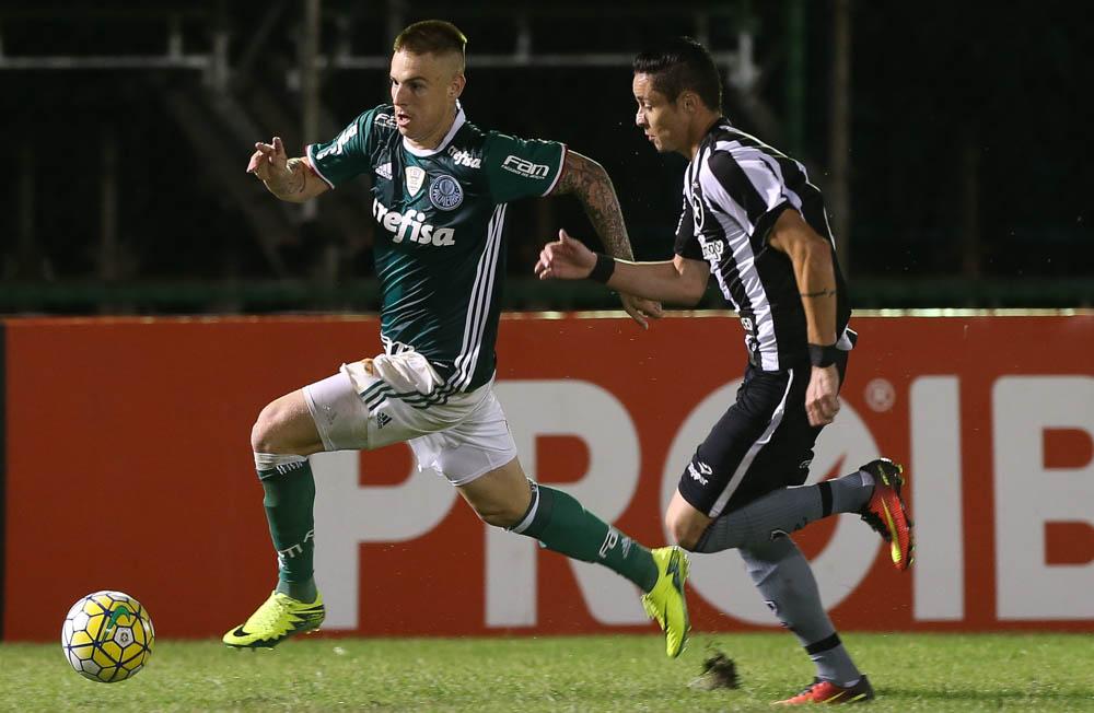 Palmeiras perde do Botafogo, cai para terceiro e Corinthians assume a ponta