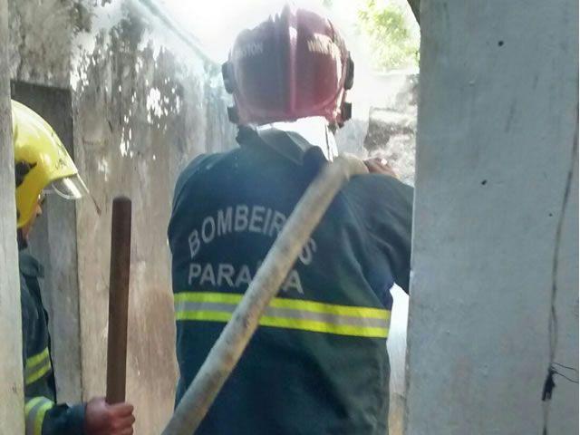Bombeiros são acionados para conter fogo em residência na Cidade de Paulista/PB
