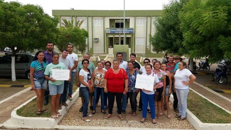 Funcionários da Saúde fazem protesto contra salários atrasados em São Bento na Paraíba