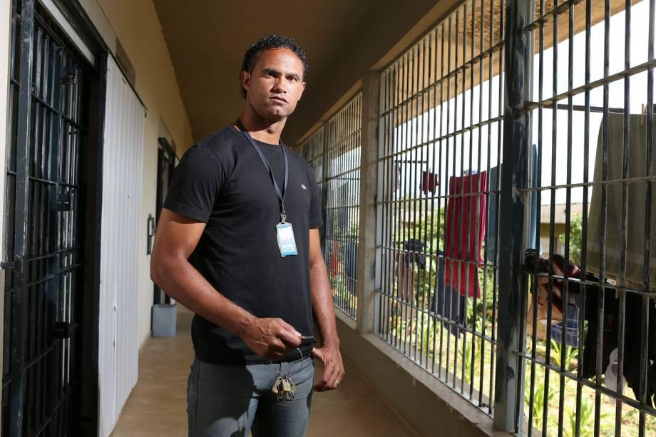 Na cadeia, ex-goleiro Bruno carrega as chaves da própria cela
