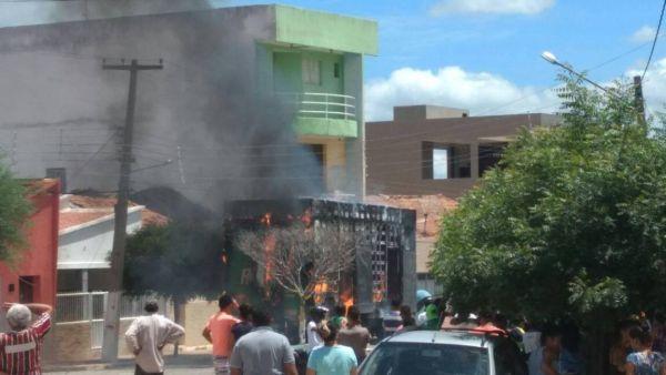 Caminhão incendeia e leva pânico à população de cidade do Vale do Piancó