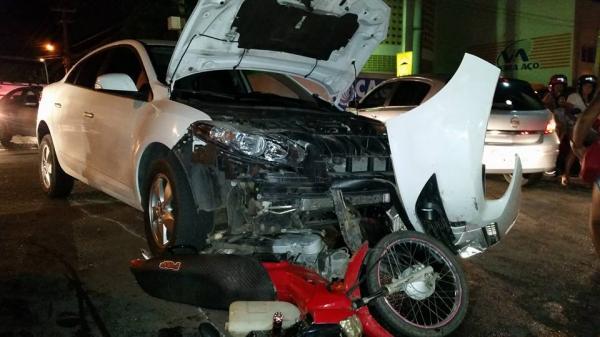 Colisão entre carro e moto deixa uma pessoa gravemente ferida em Patos