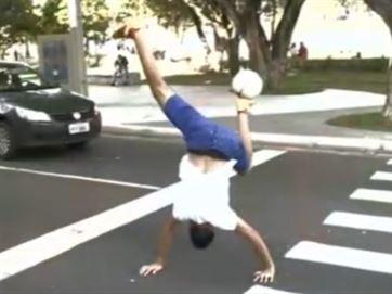 Jovem de Paulista-PB dá show de habilidade com bola nas ruas da Capital Paraibana JP