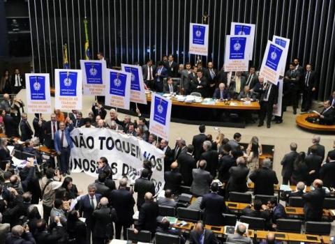 Câmara aprova reforma trabalhista com 296 votos favoráveis e 177 contra