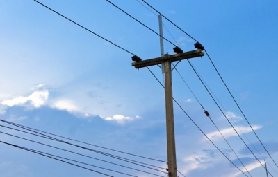 Homem sobe em poste, pega num fio de alta tensão e morre eletrocutado em Coremas/PB