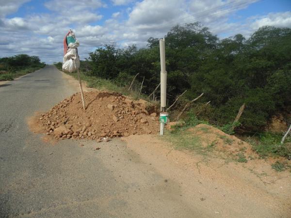 Uma enorme cratera na PB-323 entre Catolé e Brejo dos Santos avança e ameaça engolir o asfalto