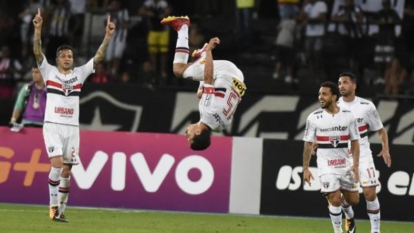 São Paulo vira jogo incrível no Rio e sai da zona de rebaixamento
