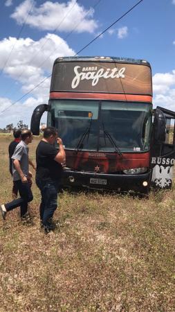 Banda Grafith se envolve em um acidente na BR-304 a caminho de casa