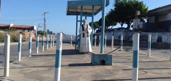 Comerciante expõe estatua de Padre Sólon na entrada de Paulista