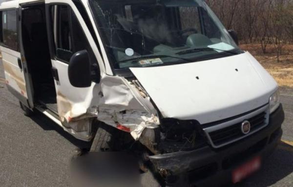Acidente entre van e veículo de passeio deixa 4 feridos na Paraíba