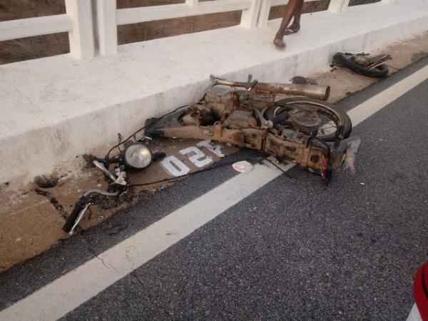 Carro invade contramão e mata motociclista na BR-427, no Saco do André em Paulista
