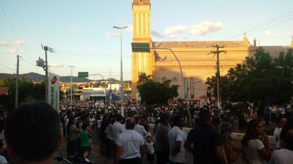 Multidão tomou o Largo da Matriz e trechos da Avenida Deputado Américo Maia para receber os corpos das vítimas da tragédia da BR-251