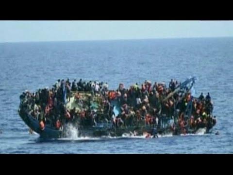 Veja o momento chocante quando o barco de refugiados virou na costa da Líbia
